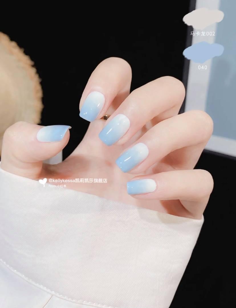 極簡風的純色美甲,無論是純藍色或白藍拼接等,非常百搭又氣質