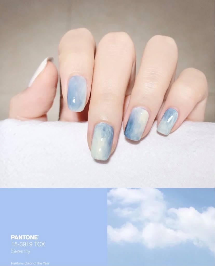 採用藍色打造的暈染美甲,朦朧的暈染紋理,帶著一些神秘感,給人一種夢幻氣質的感覺