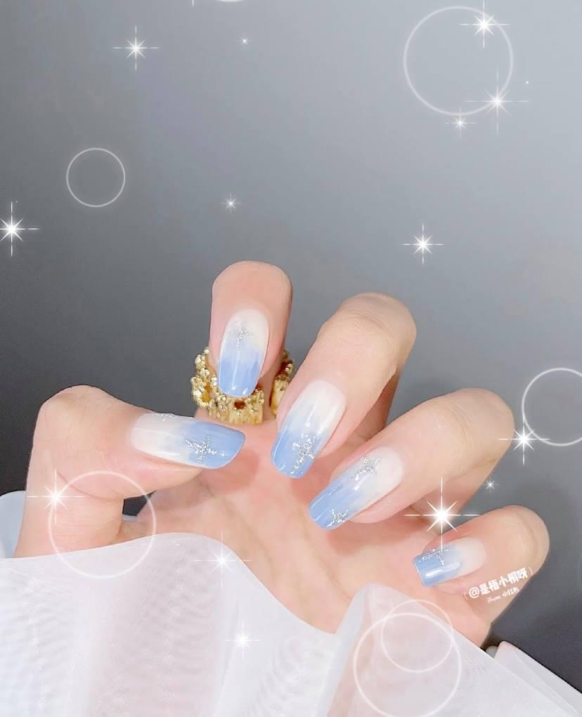 喜歡簡約風美甲的女生,可以選擇藍色去打造一些簡潔大方的款式