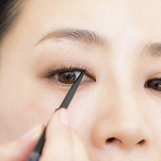 在眼頭部份畫出極細的內眼線有助修飾眼型下垂