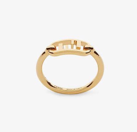 今年港上市的Fendi全新 O'Lock 系列,將品牌標誌性的FF Logo融入戒指當中