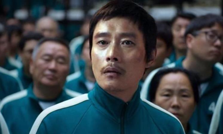 《魷魚遊戲》並未解釋李秉憲飾演的黃仁昊在贏了獎金後為何會成為遊戲負責人
