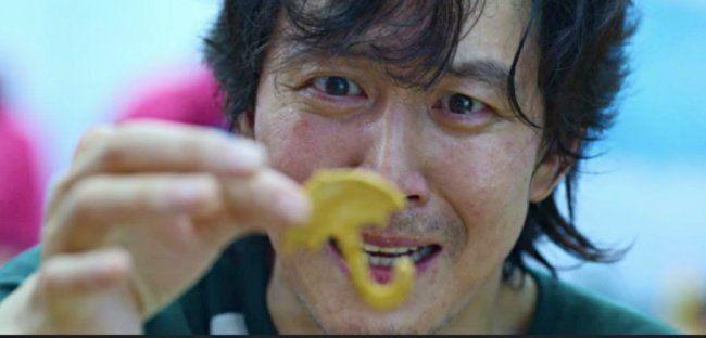 李政宰在《魷魚遊戲》中飾演成奇勳在椪糖遊戲中狂舔椪糖才過關