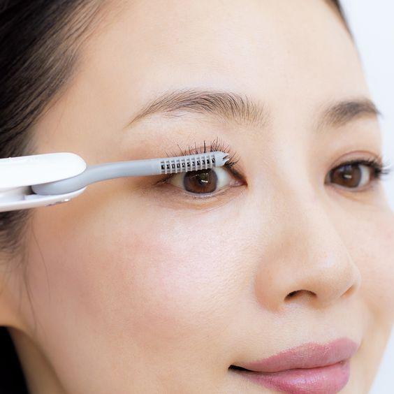 選用纖長款睫毛膏來刷上下眼睫毛