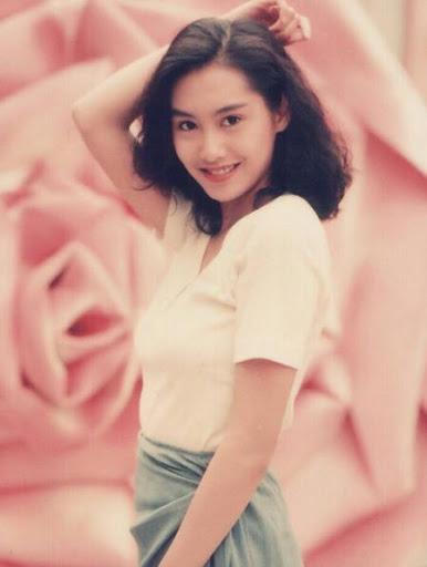 朱茵就以學生身份入TVB擔任《閃電傳真機》主持